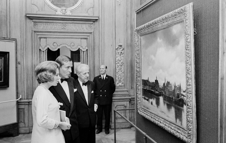Princess Beatrix and Prince Claus in the Mauritshuis at the opening of the exhibition In the Light of Vermeer -  Five Centuries of European Painting (The Mauritshuis - 25 June-5 September 1966)